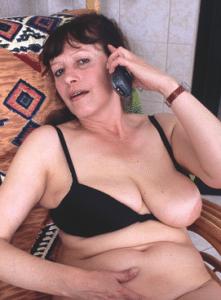 vecchia al telefono erotico